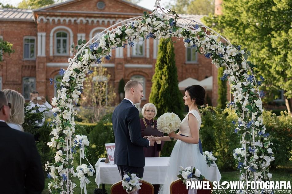 piękna ceremonia ślubna w plenerze ROYAL HOTEL Modlin