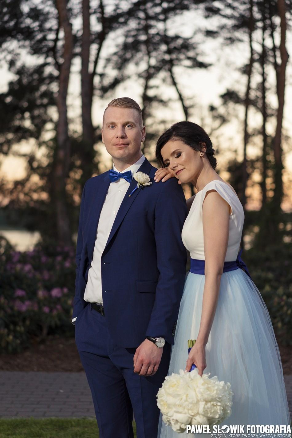 sesja ślubna w dniu ślubu przy sali weselnej