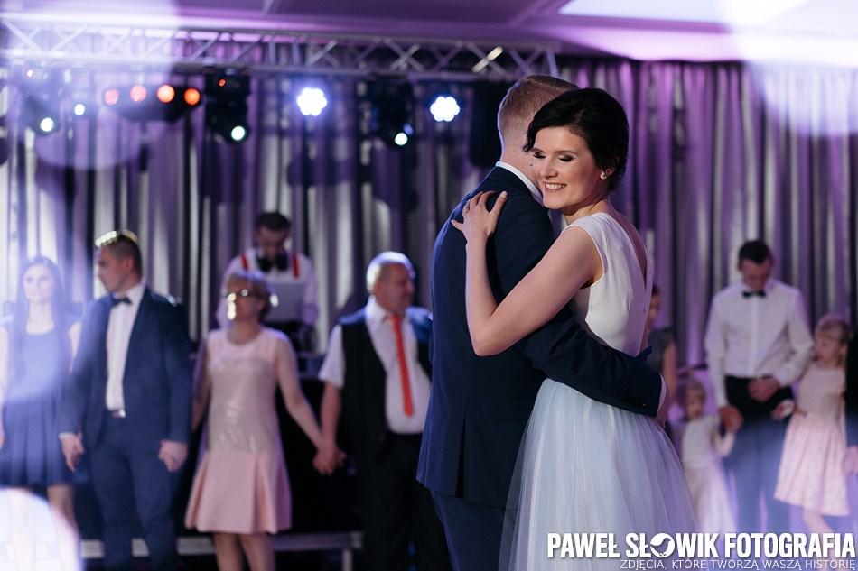 taniec przy pięknej muzyce młoda para
