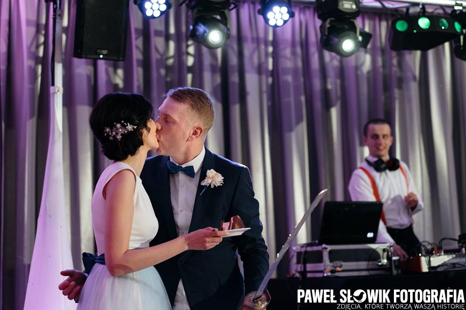 słodki buziak krojenie tortu na weselu