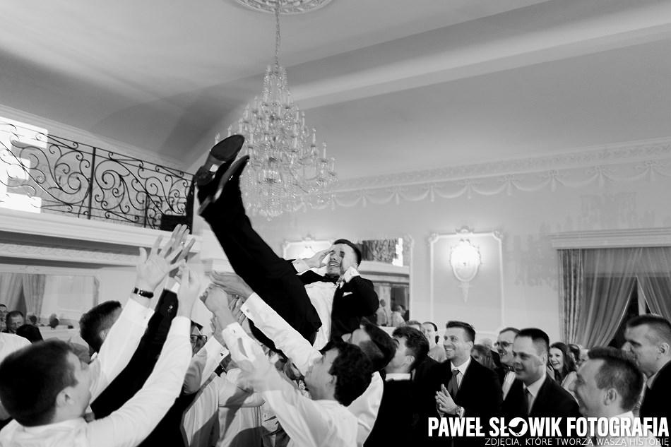rudy się żeni a fotograf ślubny robi zdjęcie