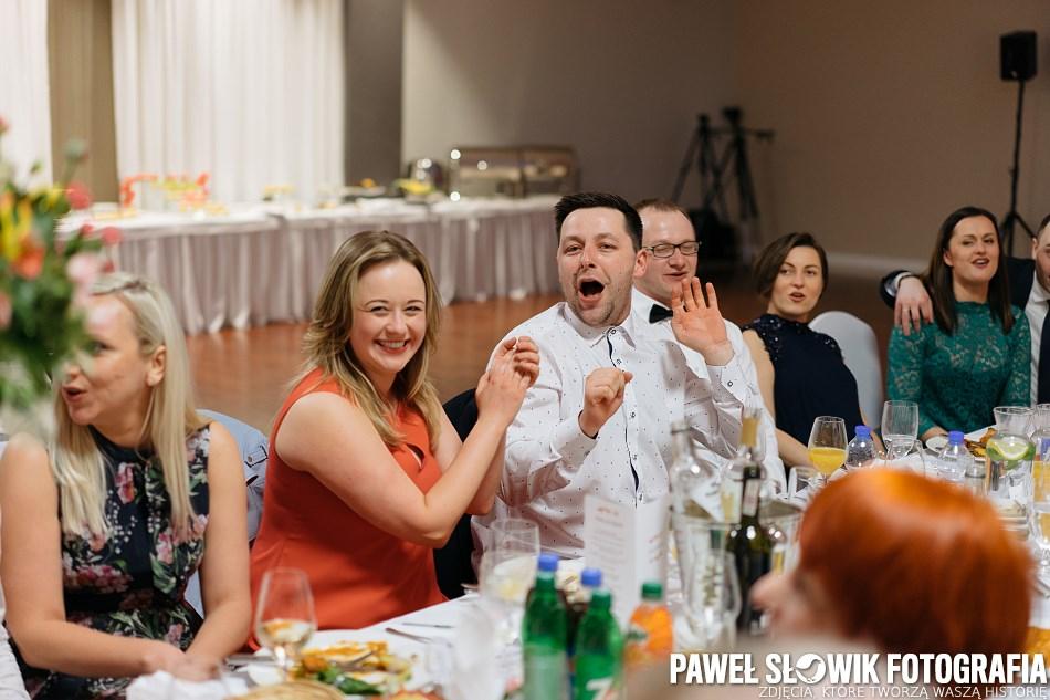 fotografia ślubna biesiada za stołami