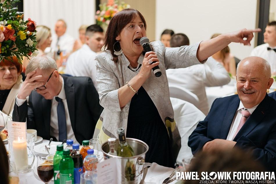 fotografia ślubna śpiewanie za stołami