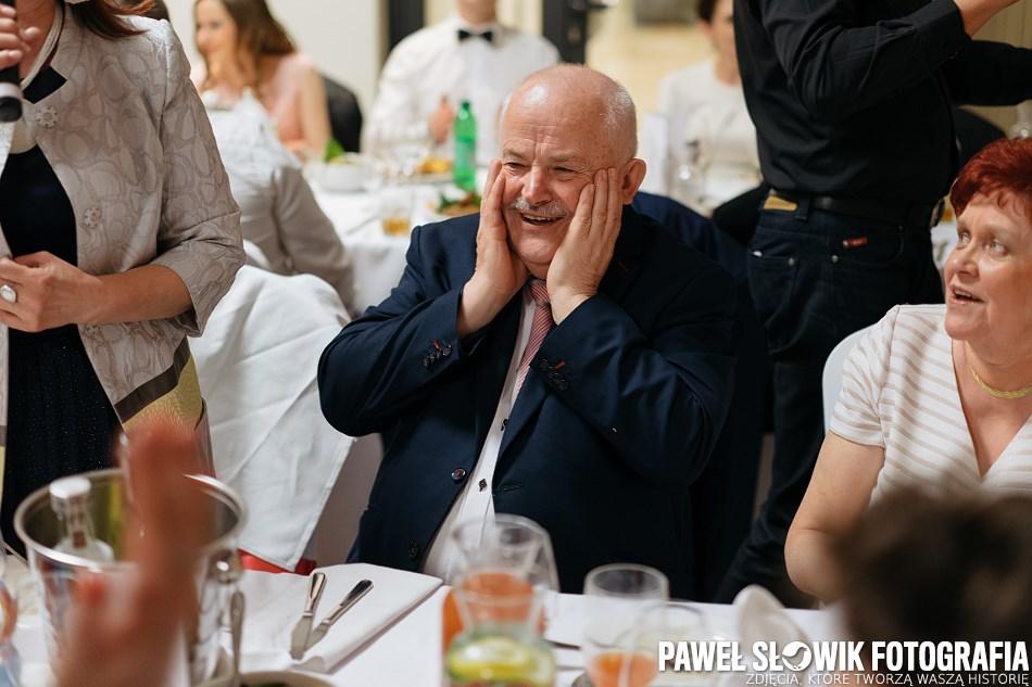 fotografia ślubna śpiewanie i zabawa za stołami