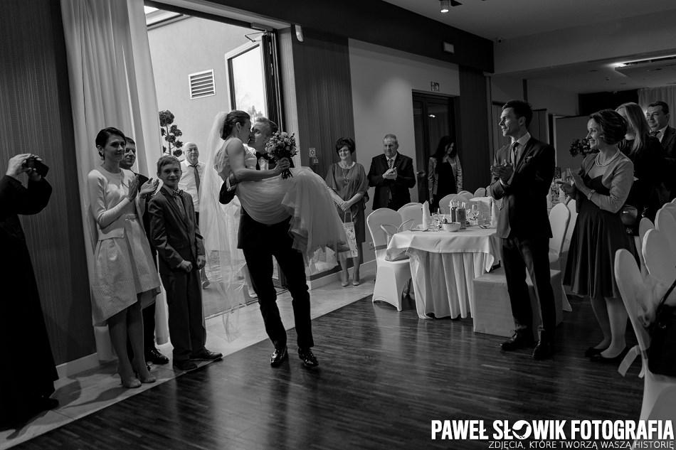 czarno biała naturalna fotografia ślubna